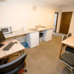 Keturvietis kambarys su mini virtuvėle ir privačiu vonios kambariu