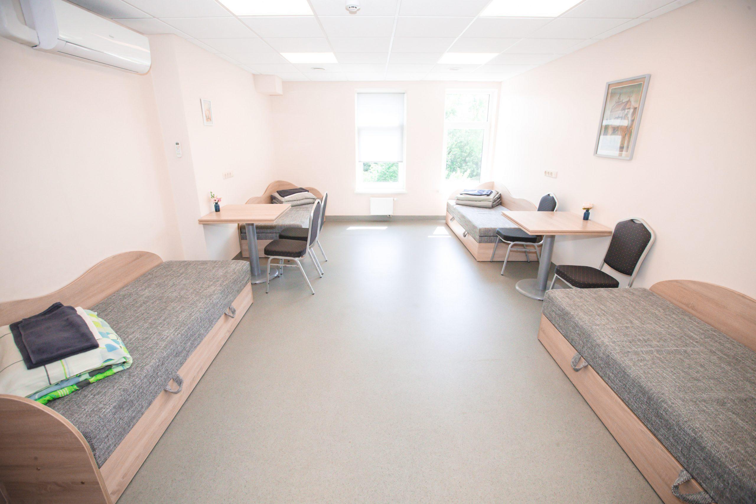 Keturvietis kambarys su mini virtuvėle ir privačiu vonios kambariu - 50€