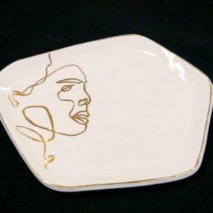 Balta desertinė lėkštutė su veidu