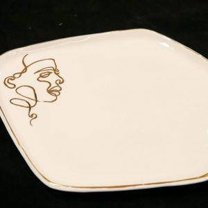 Balta lėkštė karštam patiekalui su veidu