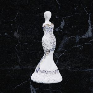 Balta Moters skulptūra puošta auksu